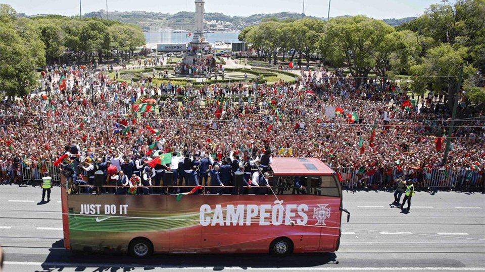 葡萄牙首冠游行全程-警车开道空军护航万民空巷