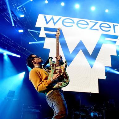 Weezer现场献唱新曲《Feels Like Summer》