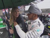 暖!F1巴西站正赛:汉密尔顿赛前给举牌女郎披外套