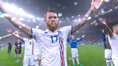 数万球迷维京战吼送别冰岛