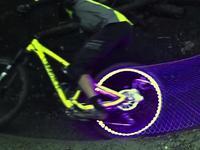 未来感十足!光轮自行车丛林梦幻穿越