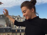前方高能!美女跑酷屋顶环游巴黎 不知看人还是看景