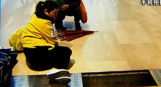 女子踩空商场的窨井盖