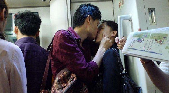 情侣晚高峰地铁秀恩爱  一路拥吻5个站