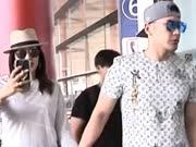 """钟丽缇与张伦硕现身机场撒""""狗粮"""" 自拍玩嗨与摄像师对拍"""