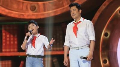 两代白衣少年同登舞台 歌声许下十岁成长宣言