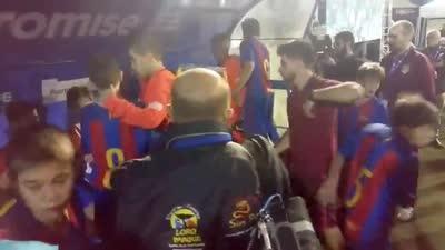 巴萨U12小球员夺冠有风度 赛后安慰马竞球员