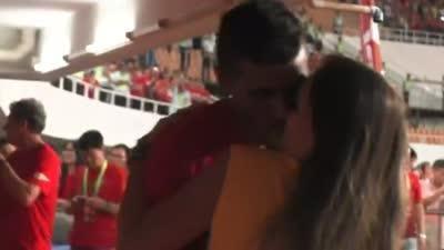 恒大众将夺冠兴奋异常 暴力鸟与女友长时间激吻