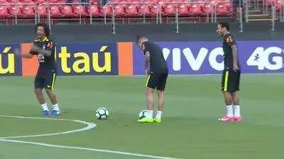 巴西球员欢乐多 训练场上队宠+内少笑声不断