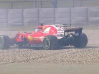 维特尔19号弯冲进砂石区 险撞墙赛道再次闪起黄旗
