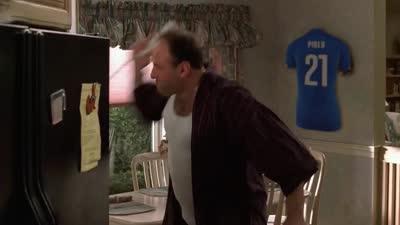 恶搞意大利世界杯出局 蓝衣球迷怒摔电话狂爆粗