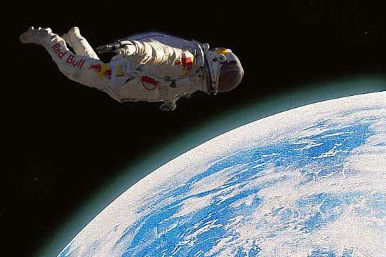 从外太空坠入地球