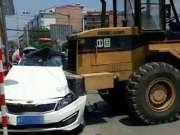 《调查》20160819:陕西一铲车故意冲撞轿车  18岁小伙不治身亡