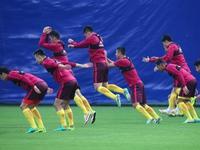 【温情】国足结束训练 高洪波率众将为球迷签名