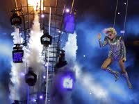Lady Gaga闪耀超级碗中场秀 空降造型惊艳全场