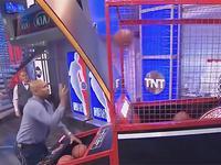 不输全明星!TNT投篮机比赛 巴克利垫底菜的抠脚
