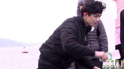 吴磊颖儿对打乒乓球
