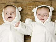 2岁的双胞胎在父母走后逃脱了婴儿床开了一个party