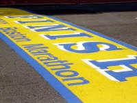 波士顿马拉松终点撞线处搭建完毕 增加警力确保安全