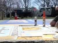 大开眼界 波士顿马拉松起点喷绘波马传统标志