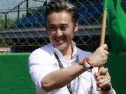吴秀波受邀出席世界顶级豪车赛 发令员身份燃爆全场