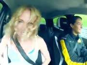 大胸美女湿身车内尖叫 女司机纽北赛道狂飙