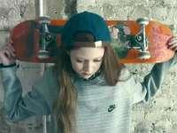 三岁就玩滑板的超模娜塔莉 童颜长腿教你滑板