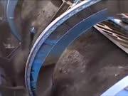 实拍火车是这样子卸货的,180度大旋转