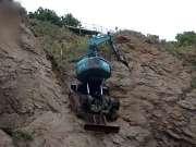 日本挖机轻松爬山作业 比试挖掘技术哪家强的时刻到了