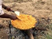 印度人用煮熟的鸡蛋做了一大锅料理