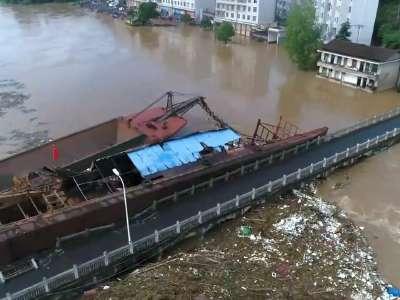 红视频直击:航拍泸溪县五里洲大桥遭受挖砂船撞击