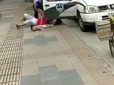 [视频]民警绊摔抱娃女子孩子着地后痛哭 涉事民警被停职
