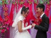 农村婚礼现场,新郎新娘喝交杯酒,新娘害羞的低下了头