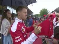 F1奥地利站场外花絮:当地热情观众雨中求签名合影