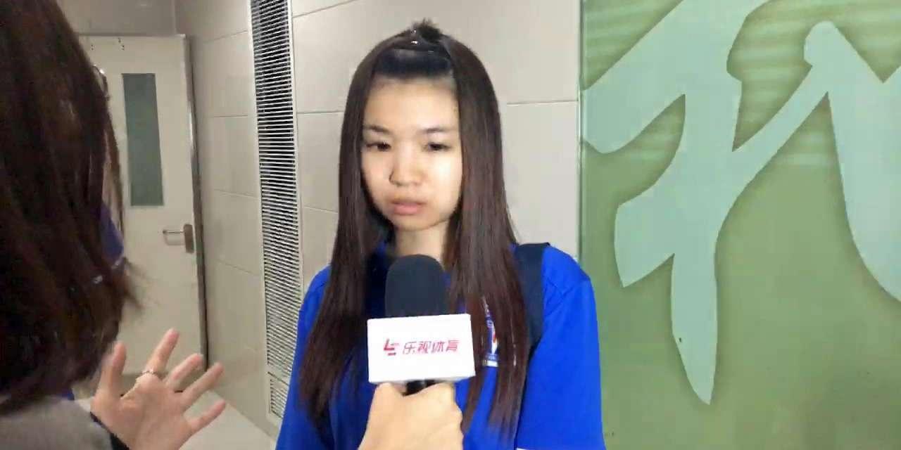 申花美女球迷伤心痛哭:登巴巴是我们的英雄