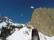 征服冰山和雪原 身背降落伞玩高山滑雪