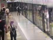南宁地铁站一女乘客掰开屏蔽门强行上车