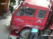 翻斗车轮胎突然爆炸 修车老板当场被炸飞几米远