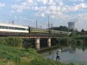 现场实拍:宿州火车站,乌鲁木齐开往上海的Z39次火车鸣笛通过