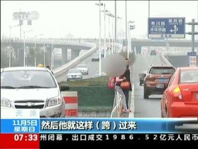 """[视频]天津:路权之争 谁该让谁——你挤他占""""慢慢""""上班路"""