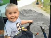 三岁小孩熟练驾驶挖掘机施工