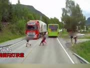 后怕不已!实拍小孩横穿马路 与卡车擦身而过