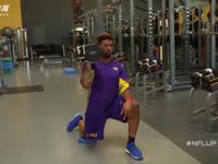 橄榄球身体训练课 单膝跪地盘旋推举增强核心力量