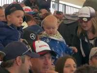 F1英国站正赛前:法拉利清理停车格 看台上的可爱宝宝