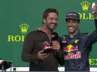 F1美国站颁奖仪式:采访嘉宾又被卡呆灌鞋酒