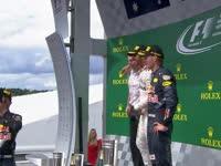 好独特!F1德国站颁奖台:里卡多以鞋当杯喝香槟