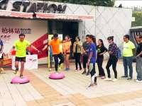 朝阳公园观赛柏林马拉松 吃瓜群众挑战波速球