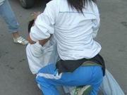 中学女生被围殴扒衣 不雅钱柜娱乐校园内流传