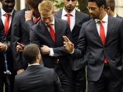 比利时队受皇室接见 阿扎尔给队友下跪