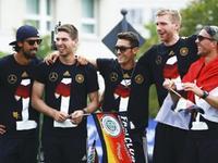 德国队柏林夺冠游行 厄齐尔高举大力神杯